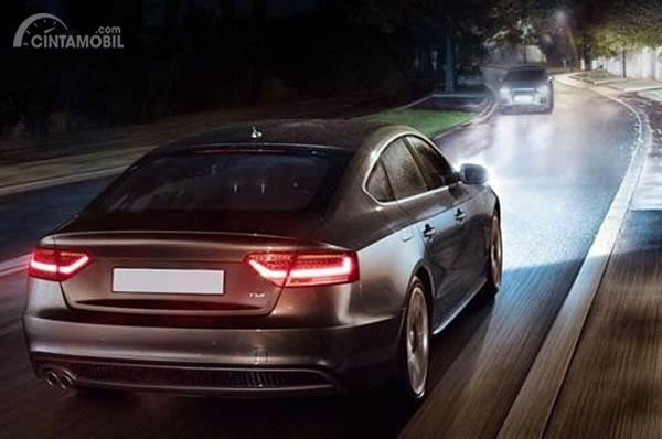 Mobil dengan lampu bersinar