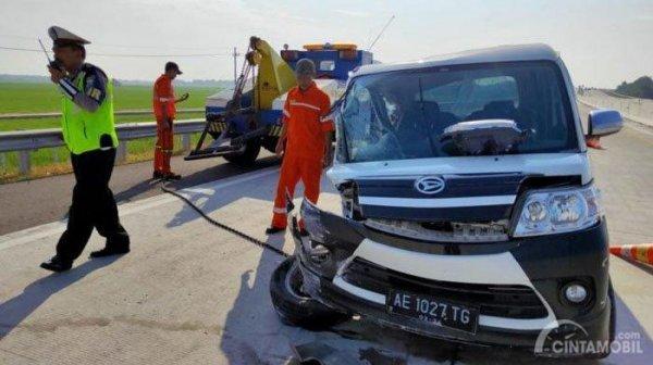 Foto kecelakaan mobil Daihatsu Luxio di jalan tol Nganjuk, Jawa Timur