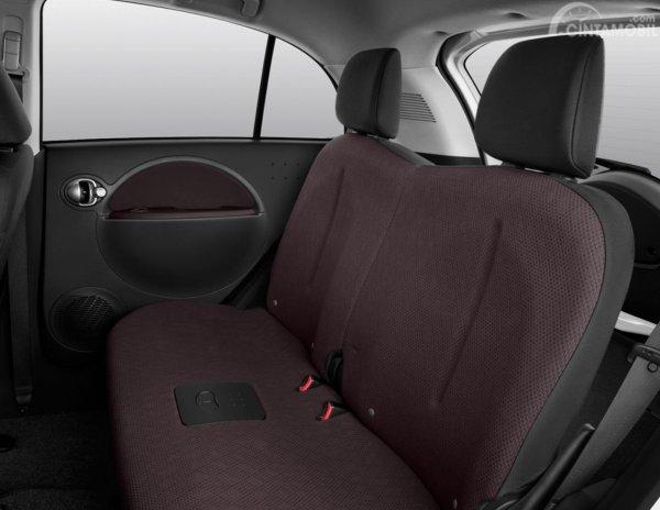 Kursi Mitsubishi i-MiEV 2010 mampu menampung hingga 5 orang sekaligus
