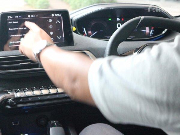Gambar tutorial park assist Peugeot 5008 dengan menekan menu park assist
