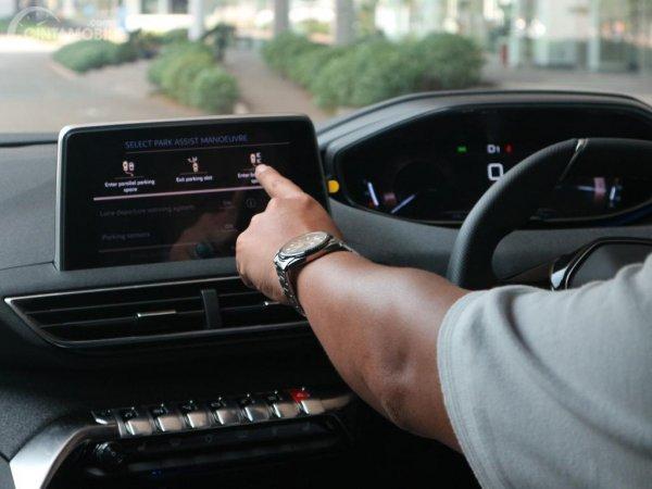 Gambar tutorial park assist Peugeot 5008 dengan menekan pilihan mode park assist