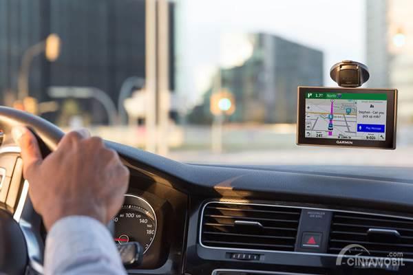 GPS navigasi di mobil