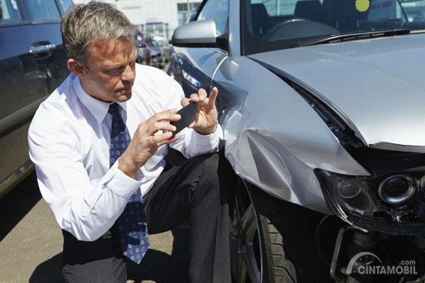 foto mobil kecelakaan