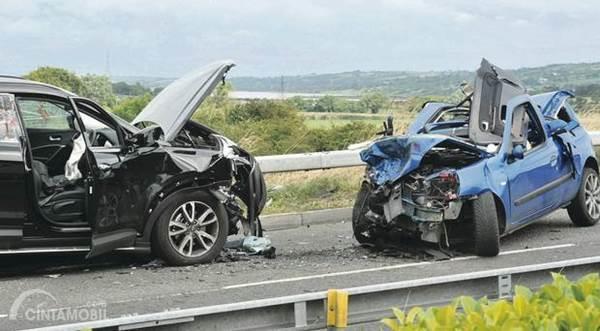 dua mobil kecelakaan di jalan