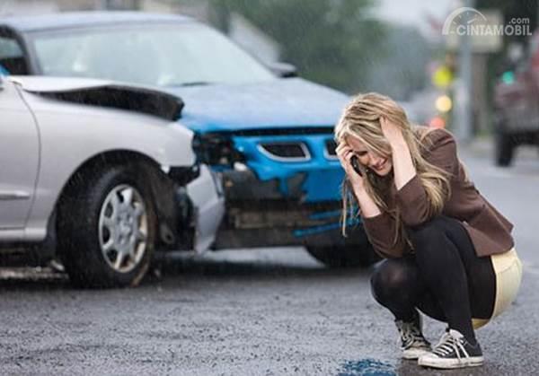 pengemudi menelpon saat kecelakaan