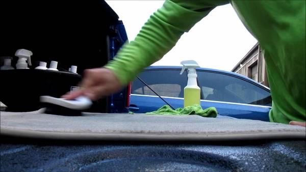 Foto ilustrasi menyikat karpet mobil