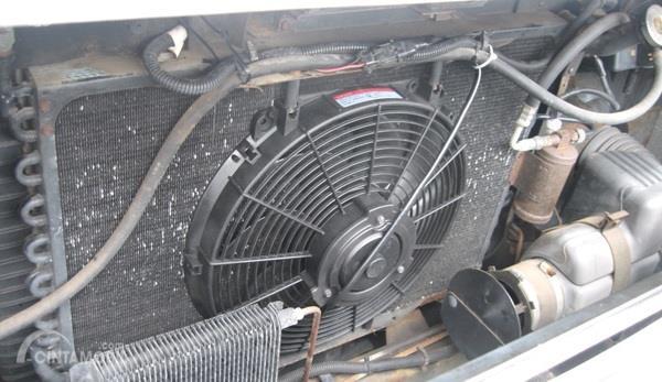 Foto kipas radiator dalam keadaan terpasang pada radiator
