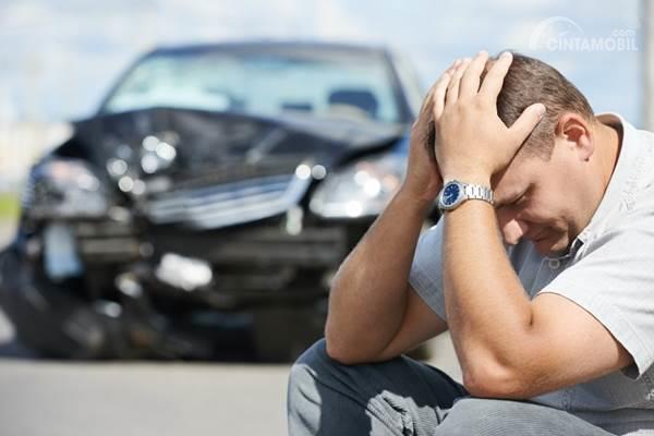 pria di depan mobil yang kecelakaan
