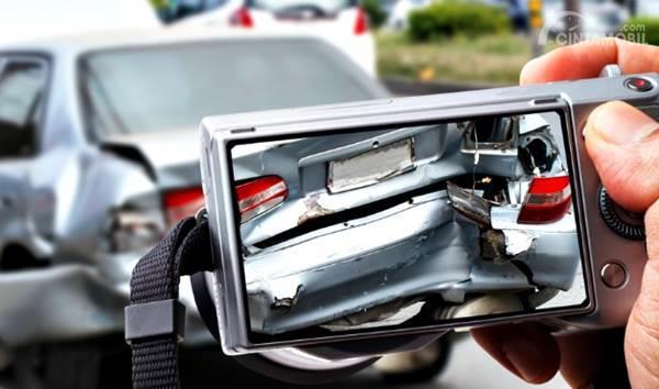 mobil kecelakaan difoto