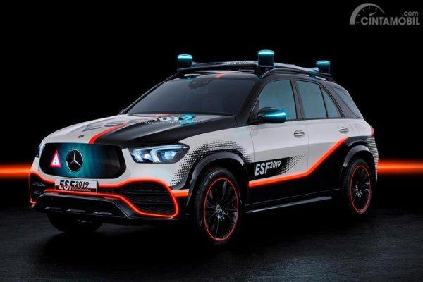 Mercedes-Benz ESF 2019 berwarna putih dan oranye