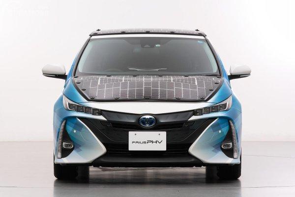 mobil bertenaga surya Toyota dilihat dari depan