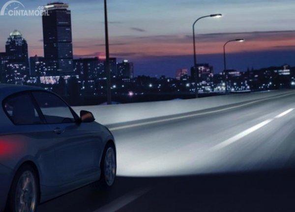 Foto mobil dengan lampu jauhnya