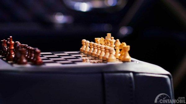 papan catur dalam Bentley Bentayga Businessman berwarna hitam