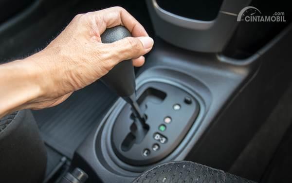 posisi tangan pengemudi di transmisi otomatis