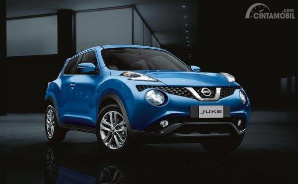 Foto Nissan Juke warna biru tampak dari samping depan