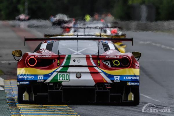 Gambar sebuah mobil Ferrari 488 GTE EVO balapan Le Mans 2019 dilihat dari sisi belakang