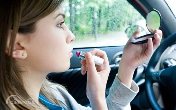 wanita berdandan di mobil