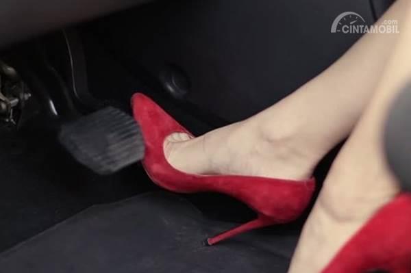 mengemudi menggunakan high heels