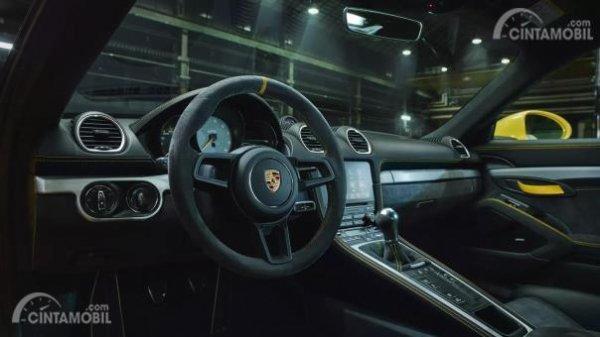 Desain interior Porsche 718 Cayman GT4 2019