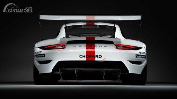 Gambar sebuah mobil Porsche 911 RSR 2019 berwarna putih dilihat dari sisi belakang