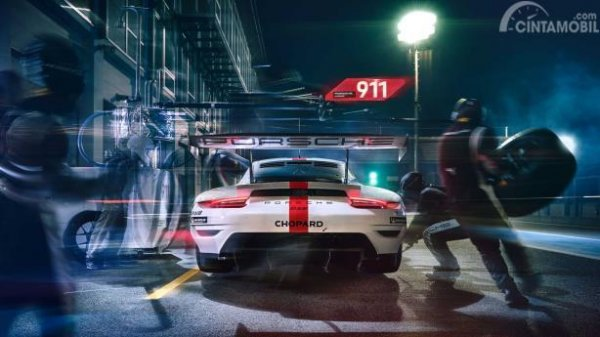 Gambar sebuah mobil Porsche 911 RSR 2019 sedang melakukan pit stop