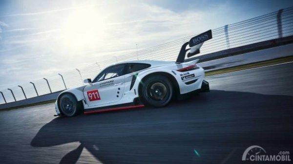 Gambar sebuah mobil Porsche 911 RSR 2019 berwarna putih dilihat dari sisi samping