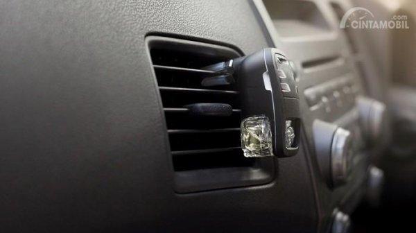 Model parfum mobil dipasang di kisi AC
