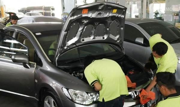 Mobil sedang dibersihkan