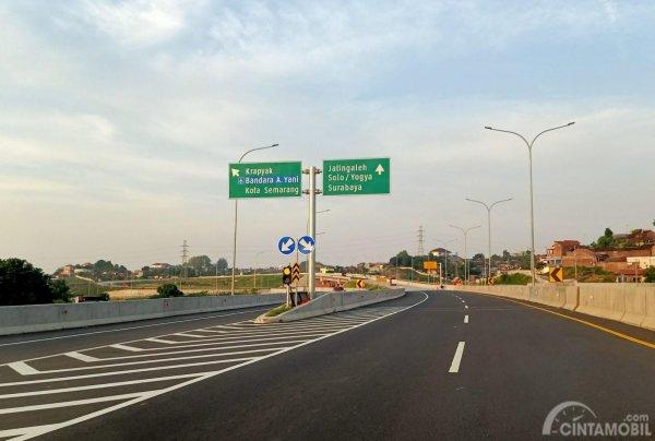 Foto salah satu Petunjuk arah di Jalan Tol Semarang
