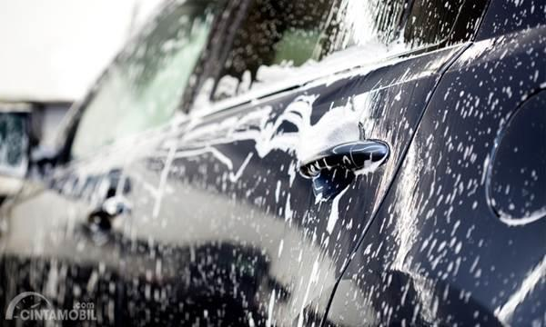 mobil dengan busa shampo