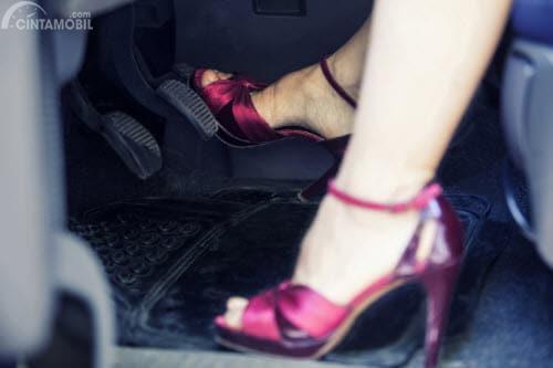 Sepatu hak tinggi untuk mengemudi