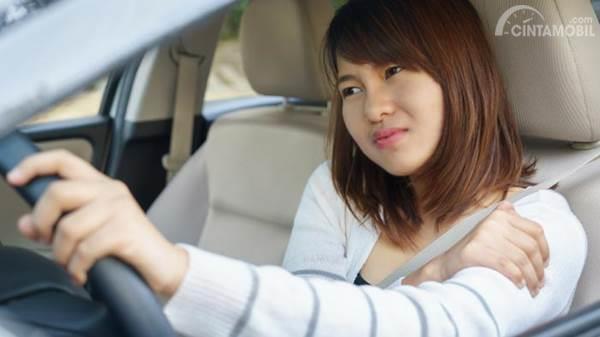 wanita nyetir mobil
