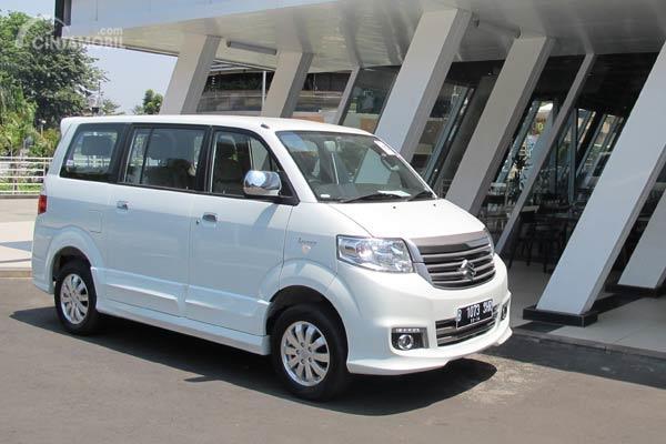 Suzuki APV Luxury bekas berwarna putih