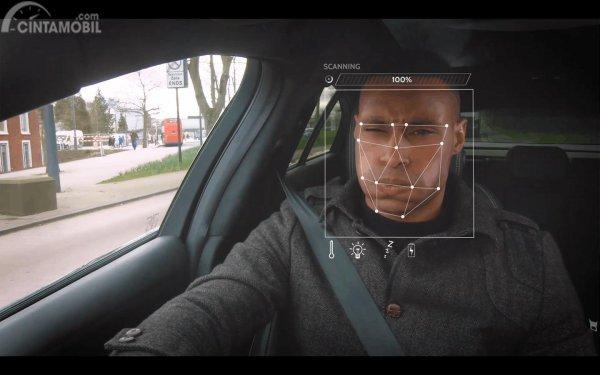 fitur pengenal wajah Jaguar yang mendeteksi wajah pengemudi