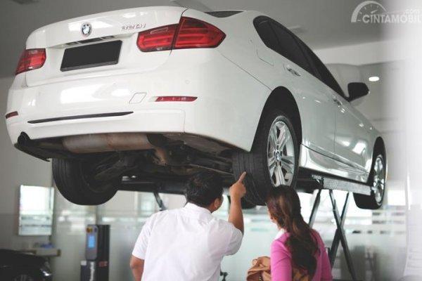 Foto konsumen BMW dijelaskan oleh service advisor BMW Astra