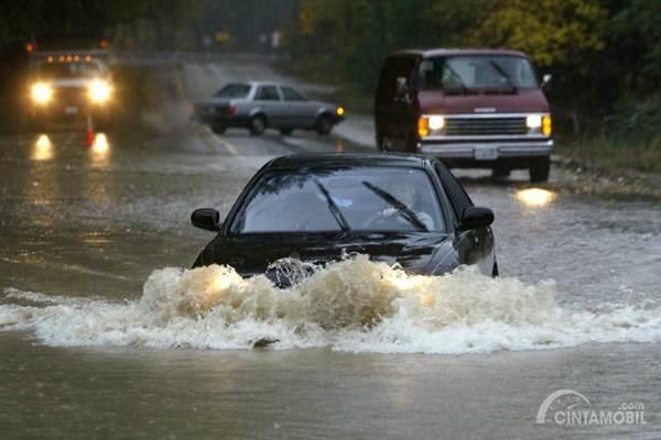 mobil menerobos banjir