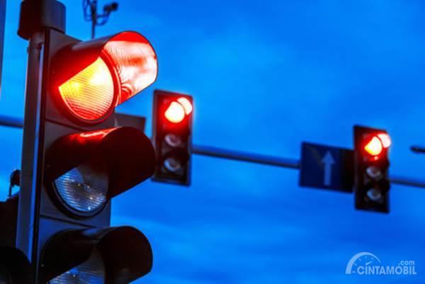Inilah Alasannya Tidak Boleh Menggunakan Parking Brake di Lampu Merah