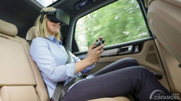 pengemudi belakang yang sedang memainkan game virtual reality