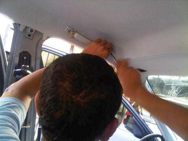 Foto ilustrasi perbaikan plafon mobil