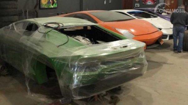 Body Lamborghini yang sedang dikerjakan di pabrik ilegal
