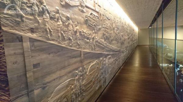 Ukiran kayu di dinding menuju customer lounge lantai 2 Auto2000 Sudirman