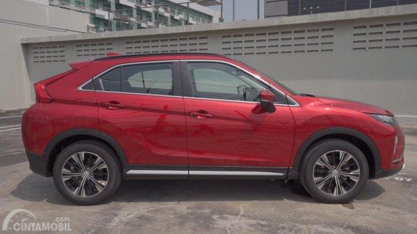Gambar sebuah mobil Mitsubishi Eclipse Cross 2019 berwarna merah dilihat dari sisi samping