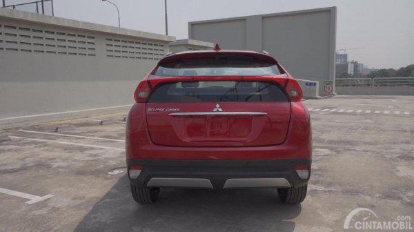 Gambar sebuah mobil Mitsubishi Eclipse Cross 2019 berwarna merah dilihat dari sisi belakang
