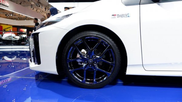 Tampak ban dan pelek pada mobil Toyota Prius PHV GR Sport 2019