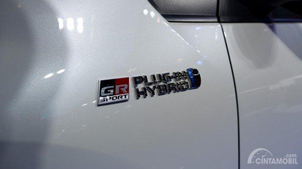 Gambar menunjukkan Emblem Toyota Prius PHV GR Sport 2019