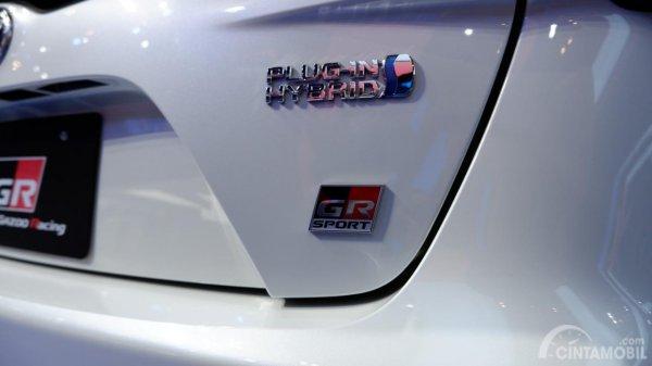 Tampak Emblem GR Sport dan Plug-In Hybrid pada mobil Toyota Prius PHV GR Sport 2019