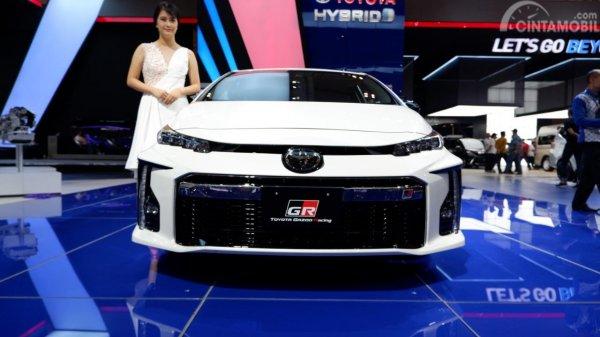 Tampak tampilan depan Toyota Prius PHV GR Sport 2019 berwarna putih
