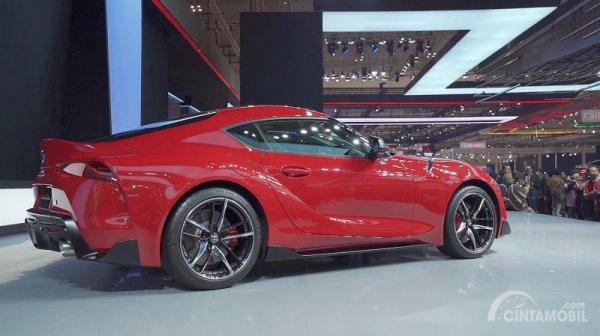 tampilan samping Toyota Supra 2019 berwarna merah
