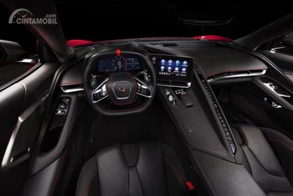 Dashboard Chevrolet Corvette C8 Stingray 2020 dikemas minimalis dengan dominasi dua warna yakni hitam dan merah