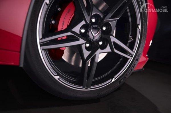 Velg Chevrolet Corvette C8 Stingray 2020 menggunakan warna hitam serta dihias apik dengan rem Brembo berkelir merah